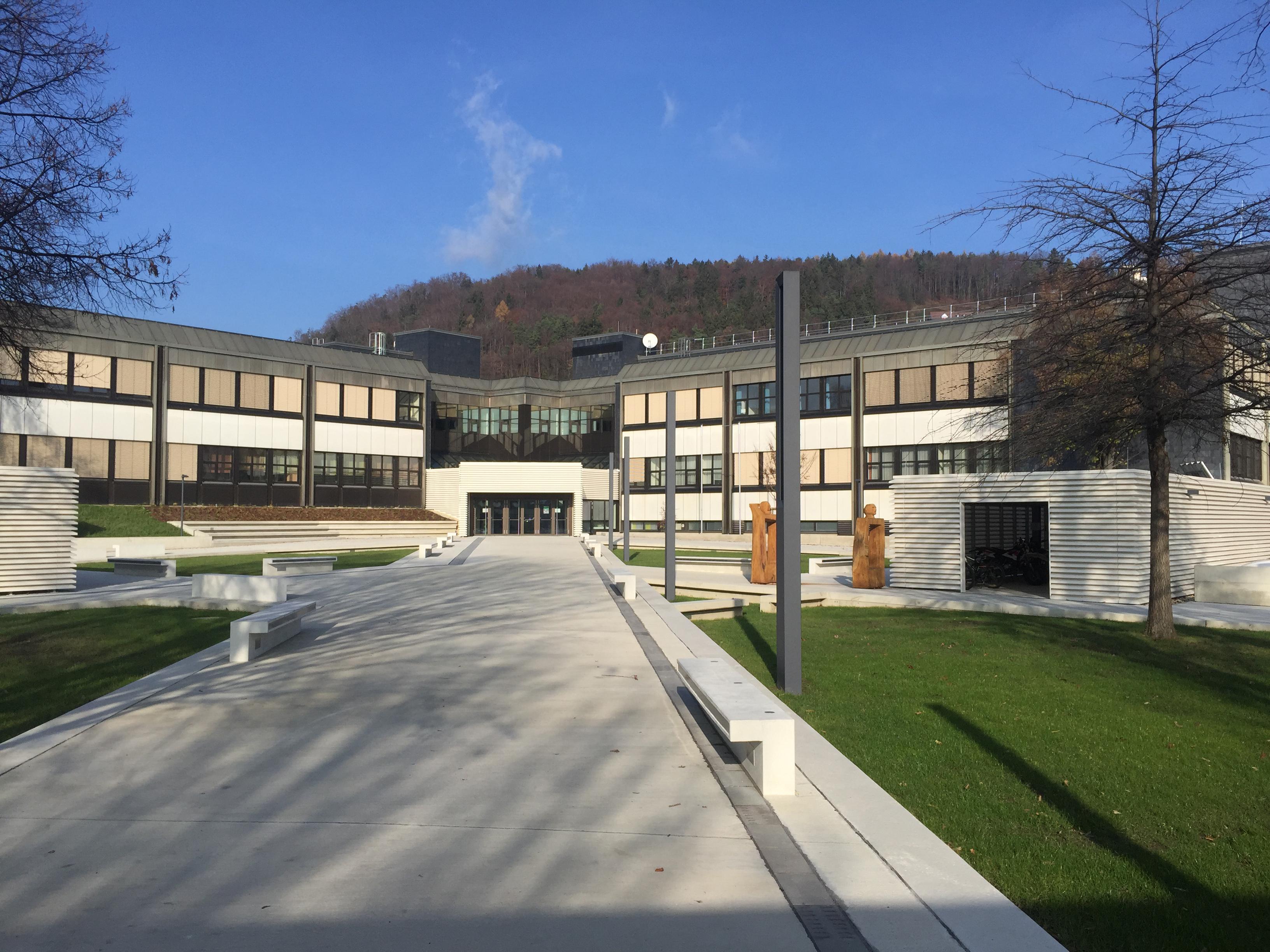 Sie sehen das Bundesschulzentrum in Weiz samt Schulhof.